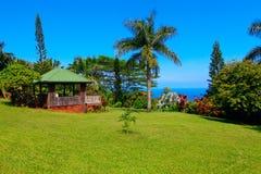 Gazebo en jardín tropical Jardín de Eden, Maui Hawaii fotos de archivo