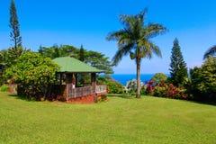 Gazebo en jardín tropical Jardín de Eden, Maui Hawaii Imagenes de archivo