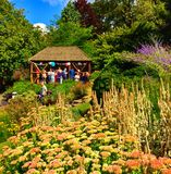 Gazebo en jardines de la terraza Fotos de archivo