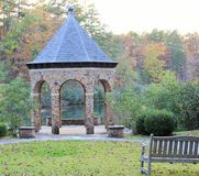 Gazebo en parque a lo largo del lago Fotos de archivo libres de regalías