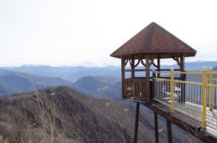 Gazebo en un acantilado en las montañas imágenes de archivo libres de regalías