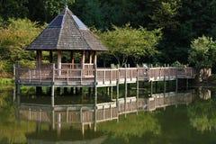 Gazebo en un lago imagenes de archivo