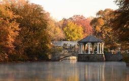Gazebo en un lago Fotos de archivo libres de regalías