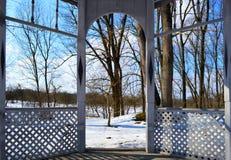 Gazebo en un parque hermoso del invierno fotos de archivo libres de regalías