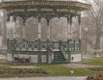 Gazebo in giardini pubblici durante il turbine di neve di neve fotografia stock