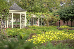 Gazebo in giardino abbellito Immagine Stock Libera da Diritti