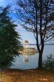 Gazebo hermoso en fondo del lago fotografía de archivo