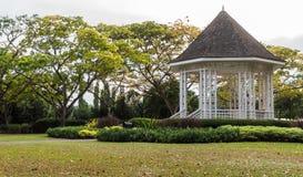 Gazebo i botaniska trädgården Royaltyfria Foton
