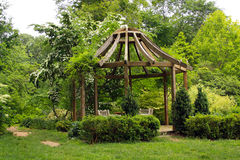 Gazebo im grünen Garten lizenzfreie stockfotografie