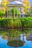 Gazebo im Park und seine Reflexion im Wasser lizenzfreie stockfotografie