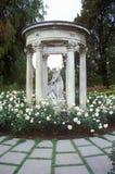 Gazebo mit statuarischer, Huntington-Bibliothek und Gärten, Pasadena, CA stockfoto
