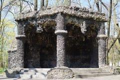 Gazebo mit Zement und Travertin - eine Replik der berühmten Grotte von Lava - Stadtpark lizenzfreies stockfoto