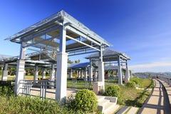 Gazebo moderno dalla riva del parco della baia, adobe rgb Fotografia Stock