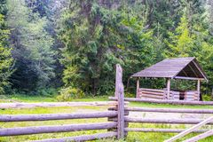 Gazebo nära skogen Arkivbilder