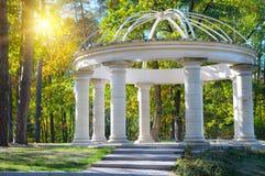 Gazebo nel parco di autunno immagine stock libera da diritti