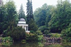 Gazebo nel parco verde ad estate Fotografia Stock