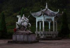 Gazebo och staty av en general med blomman Arkivbilder