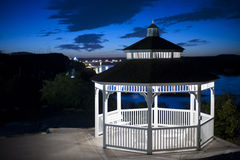 Gazebo over rivier in Hermann, MO stock foto