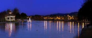 Gazebo på sjön med ljusa reflexioner Arkivbilder