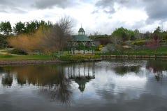 Gazebo por um lago Fotos de Stock Royalty Free