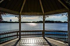 Gazebo przy jeziorem Obraz Royalty Free