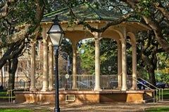 Gazebo situado en los jardines blancos del punto en la batería en Charleston South Carolina histórico Imágenes de archivo libres de regalías