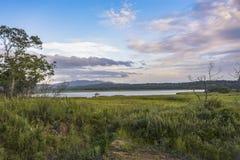 Gazebo solo en el lago imagenes de archivo