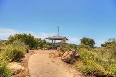 Gazebo sopra Bobcat Hiking Trail in spiaggia di Newport fotografia stock