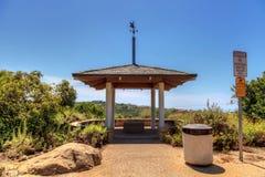 Gazebo sopra Bobcat Hiking Trail in spiaggia di Newport immagine stock libera da diritti