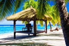 Gazebo tropical com cadeiras em uma praia Fotos de Stock Royalty Free
