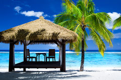 Gazebo tropical con las sillas en la playa asombrosa fotografía de archivo
