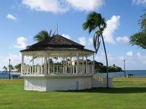 Gazebo tropical en parque de playa fotos de archivo libres de regalías