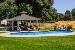Gazebo u. Swimmingpool auf Ranch lizenzfreie stockfotografie