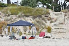 Gazebo und andere Ausrüstung auf Strand Stockfotos