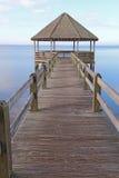 Gazebo und Dock über dem ruhigen stichhaltigen Wasser vertikal Stockfotografie