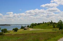 Gazebo und flaumige Wolken auf Schauspiel-Insel in Boston-Hafen lizenzfreie stockfotos