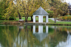 Gazebo und Teich Stockfotos