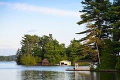 Gazebo und zwei alte Bootshäuser Lizenzfreies Stockbild