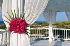 Gazebo van het huwelijk bij het tropische strand Royalty-vrije Stock Foto's