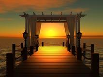 Gazebo van het huwelijk op de houten pijler bij zonsondergang Stock Fotografie