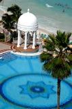 Gazebo van het huwelijk, zwembad en oceaan Stock Foto's