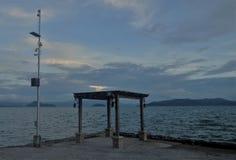 Gazebo vid sjön med telekomantennen bredvid den royaltyfri foto