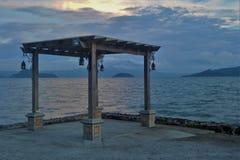 Gazebo vid Taal sjön på solnedgången royaltyfria bilder