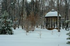 Gazebo w śnieżystym parku zdjęcie stock