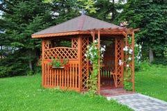 Gazebo w ogródzie - drewniany dom Obrazy Royalty Free