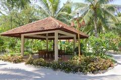 Gazebo w tropikalnym parku fotografia stock