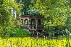 Gazebo z schodkami staw na tle roślinność zdjęcia royalty free