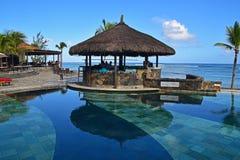 Gazebobar nahe bei einem Pool am tropischen Strand eines Hotelerholungsortes stockbilder