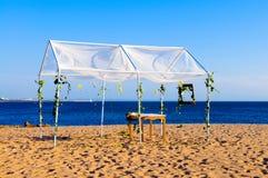 Gazeboen för strandbröllop, dröm kommer den riktiga speciala dagen royaltyfri foto