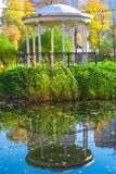 Gazeboen i parkerar och dess reflexion i vatten royaltyfri fotografi